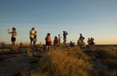 Genieten van de zonsondergang bij Ubirr in Kakadu National Park. Vanaf de rots kijk je uit over het eindeloze Arnhemland