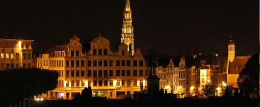 De Grote Markt van Brussel bij nacht. De 96 meter hoge toren is het stadhuis