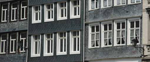 Met leisteen bedekte gevels in een van de kleine stadjes in de Belgische Ardennen