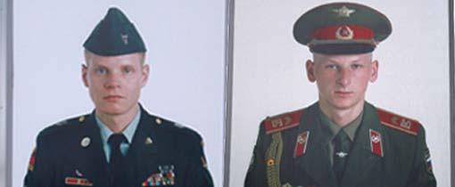 Een Russische en Amerikaanse militair markeren Checkpoint Charlie