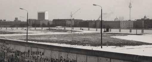 Een blik over De Muur in 1984. De lege vlakte is het Niemandsland. Rechts is nog net de Televisietoren op het Alexanderplatz in Oost Berlijn te zien