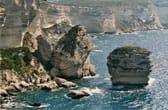De zandkorrel, de bijnaam voor de grote rots onderaan het klif bij Bonifacio