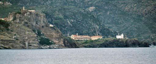 Met de boot van Livorno naar Corsica passeer je enkele piepkleine eilandjes zoals Capraia