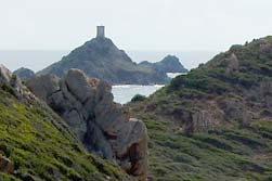 De grillige kustlijn van Corsica. Op het middelste eilandje is nog net een van de oude Genuese wachttorens te zien