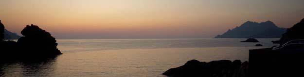 Genieten van de ondergaande zon boven de Middelandse zee, aan de Corsicaanse kust