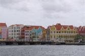 Willemstad, de hoofdstad van Curaçao. De beroemde Koningin Emma Pontonbrug verbindt Punda met Otrabanda