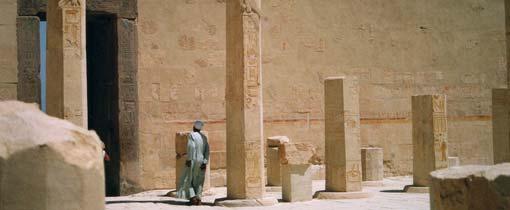 Egyptenaar bij een van de ontelbare bezienswaardigheden in zijn land