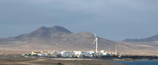 Een klein dorpje aan de oostkust. Op de achtergrond is het dorre en onherbergzame achterland van Fuerteventura goed te zien