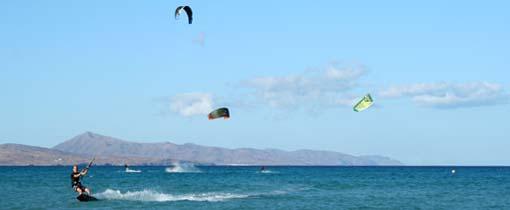 Kitesurfen op een van de stranden van Fuerteventura