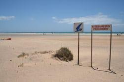 Door middel van borden wordt aangegeven waar je wel en niet mag (kite) surfen op de stranden van Fuerteventura op de Canarische Eilanden