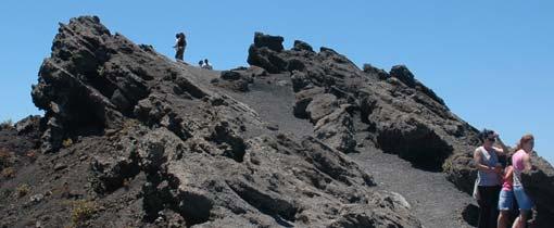 Uitzicht vanaf de San Antonio vulkaan. Aan de ene kant een blik in de spectaculaire 355 meter brede krater en aan de andere kant uitzicht over de Teneguía vulkaan en de oceaan