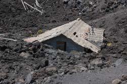 Huis bedolven onder de lava van de Etna op Sicilie