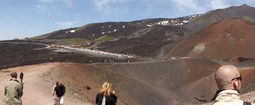 Wandelaars op de lavavelden van de Etna