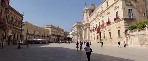 Het plein voor de Duomo in Siracusa aan de oostkust van Sicilië
