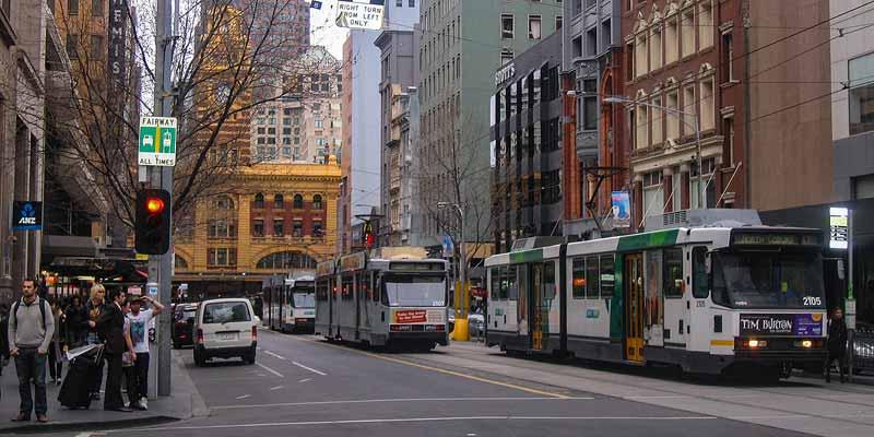 Op straat voor het Victoriaanse treinstation van Melbourne