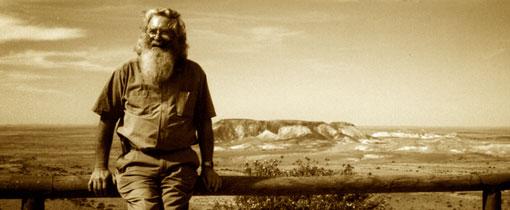 De tourguide poseert als een moderne ontdekkingsreiziger voor de eindeloze Outback