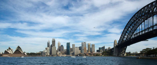 Skyline Sydney. Links het Operahouse, rechts de Harbor Bridge