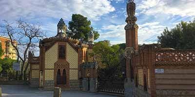 Finca Güell. Portierswoning en paardenstallen met rijhal