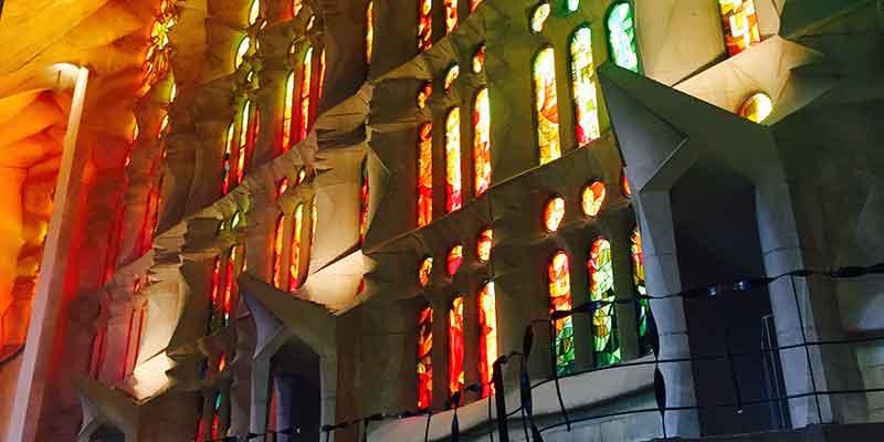 Het zonlicht straalt door de grote gebrandschilderde ramen