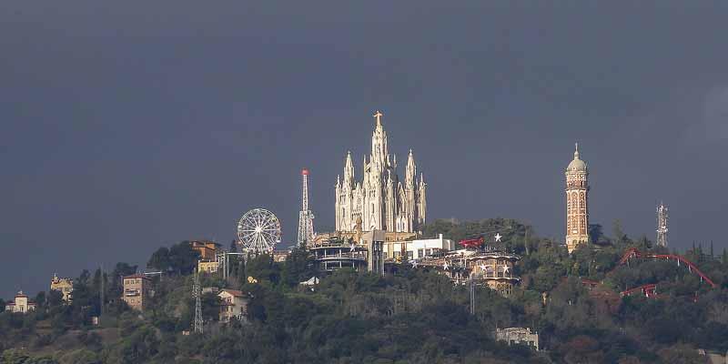De top van de Tibidaboberg met de Sagrat Cor kerk en het Parque de Atracciones del Tibidabo