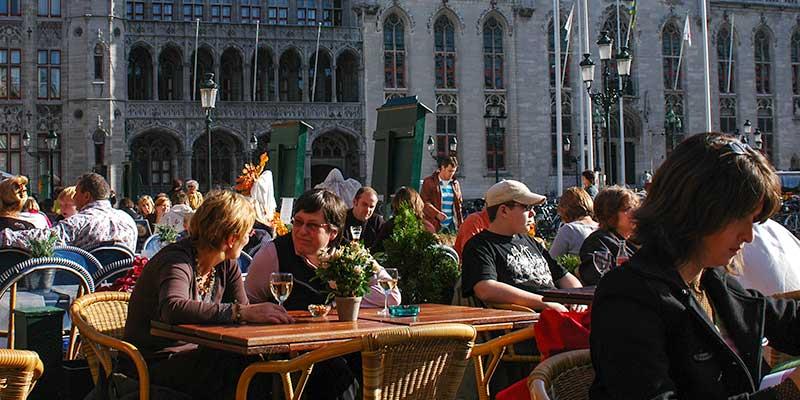 Genieten op een zonnig terrasje in het historisch centrum van Brugge