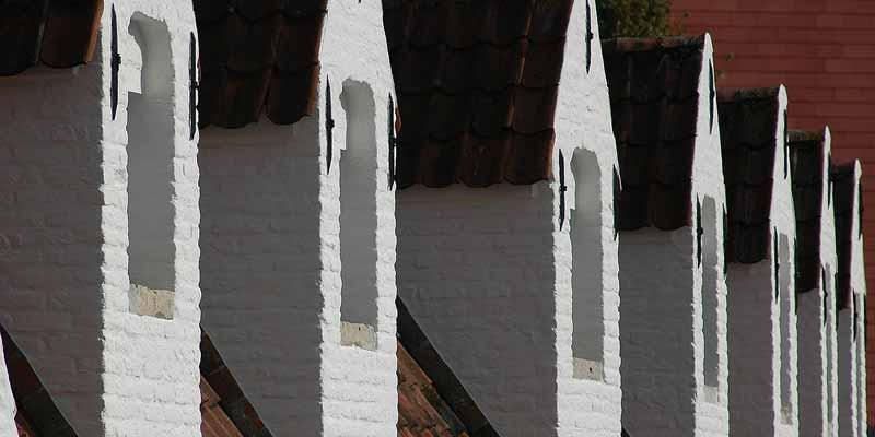 De piepkleine geveltjes van oude arbeidershuisjes in Brugge