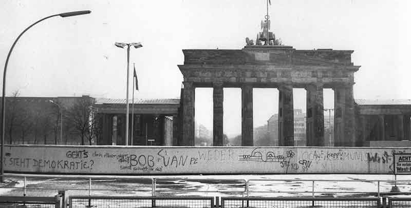 De Brandenburger Tor in 1984, toen nog Oost-Duitsland. Op de voorgrond de grens tussen beide stadshelften
