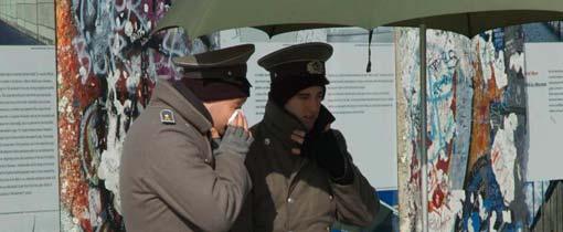 2 nep grenswachten verkopen DDR stempels als souvenir