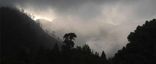 De toppen in het midden van het Canarische eiland La Gomera hangen soms in de wolken