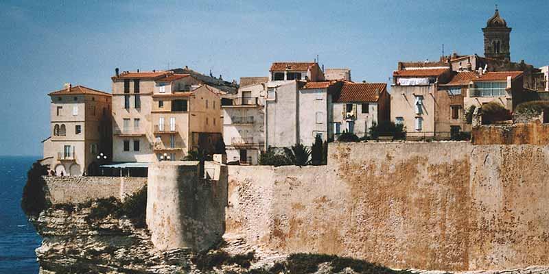 Het oude stadje Bonifacio in het zuiden van Corsica ligt op een steil klif, hoog boven de zee