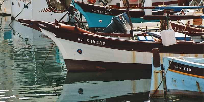 Vissersbootjes in de haven van Ajaccio: 's ochtends gevangen en 's avonds op je bord