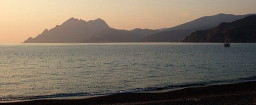 Een eigen strand met uitzicht op de ondergaande zon aan een mooie baai. Het kan op Corsica