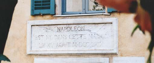 Het geboorthehuis van Napoleon in Ajaccio. Wie ontcijfert XV AOVT M DCC LXIX, het jaartal, boven de deur?