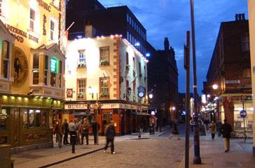De gezellige uitgaanswijk Temple Bar in hartje Dublin. 's Avonds is het gezellig uitgaan in de pubs en is er op veel plaatsen live muziek te horen