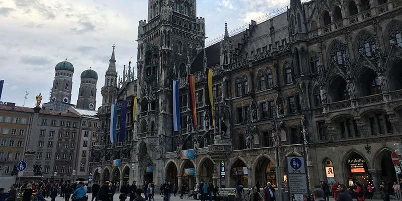 München. De grootste stad in Zuid-Duitsland. De 2 typische torens op de achtergrond zijn van de Frauenkirche, de grootste kathedraal van München