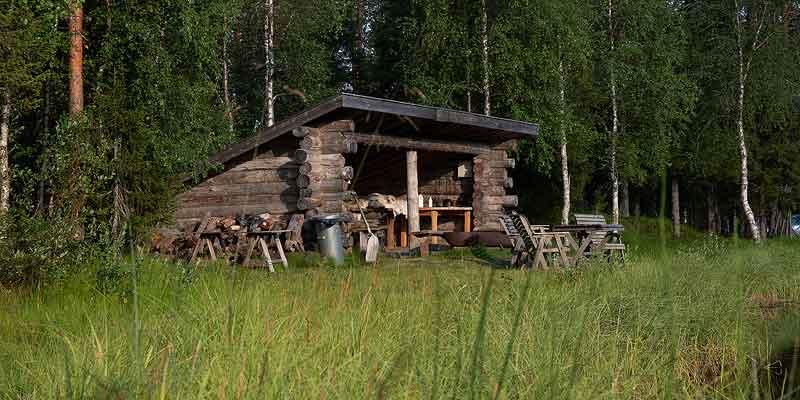 Een hut aan een meertje in Finland. Zit jij hier straks ook?