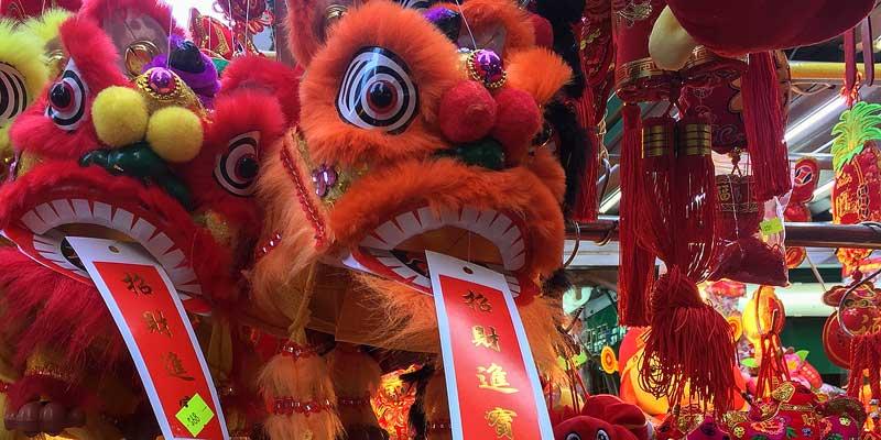 Chinese winkels met grote maskers voor nieuwjaar
