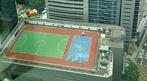 Tennisbaan op het dak van een wolkenkrabber in Hongkong