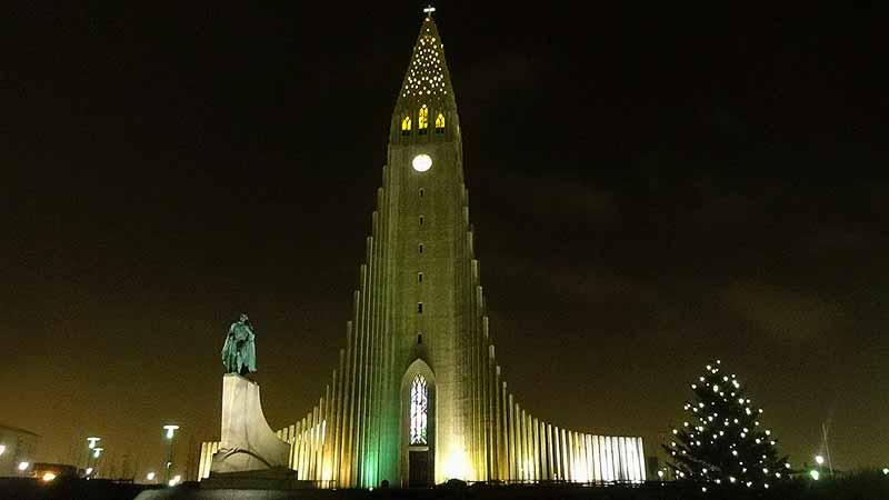 Hallgrímskirkja, het bekendste gebouw van Reykjavik, op Kerstavond