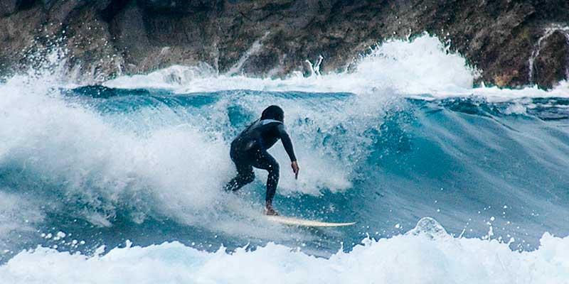 Een surfer in de branding aan de oostkust van La Palma