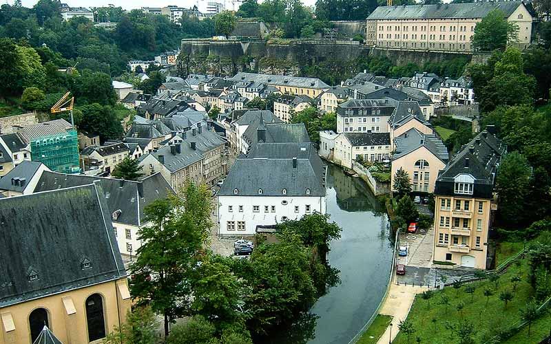 Rivier de Alzette stroomt door Grund, het laagste deel van Luxemburg Stad