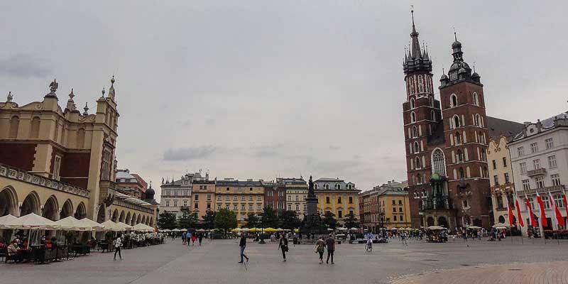 Krakau (Kraków) in het zuiden van Polen. Links de markthal en rechts de Bazylika Mariacka