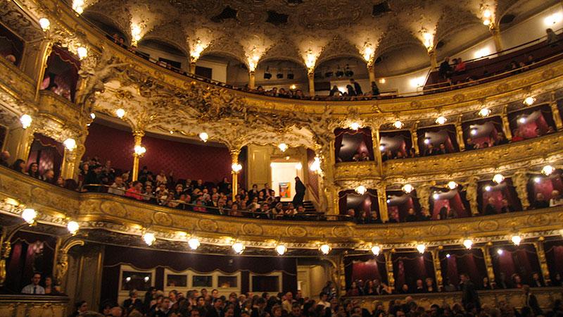 Státní opera. De Staatsopera in Praag in de wijk Vinohrady aan de straat Wilsonova, naast het hoofdstation