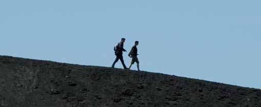 Wandelen op de rand van de Etna vulkaan op Sicilië