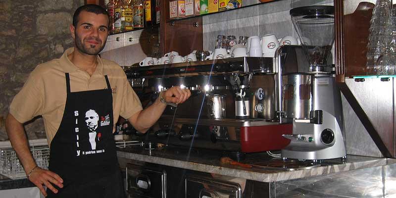Een barista op Sicilië. Zulke espresso drink je nergens anders zo lekker