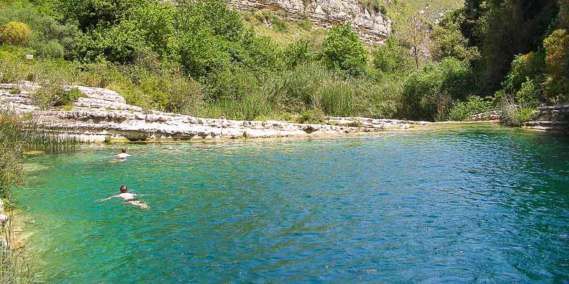Een verkoelende duik in het water van de Cava Grande bij Cassibili