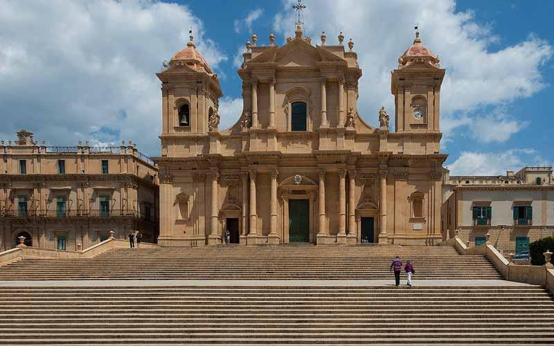 De Chiesa di San Nicolò kathedraal in het prachtige stadje Noto op Sicilië