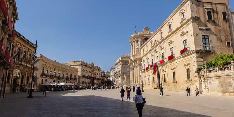 Het plein voor de Duomo in Siracuse in het zuiden van Sicilië