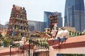 De Sri Mariammam Temple. Opvallend zijn de heilige koeien op de ommuring