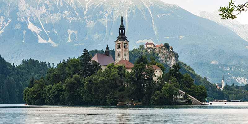 Bled ligt in een schitterende omgeving aan een schilderachtige meer